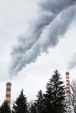Industriella lampglas som blåser smutsig rök Royaltyfria Foton