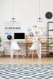 Industriella lampor ovanför skrivbordet Royaltyfri Foto
