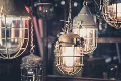 Industriella lampor som hänger tänder - ljusa kulor för fabrik Arkivbilder