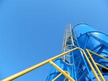 industriella lodlinjebehållare mot den blåa himlen Royaltyfri Foto