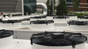 Industriella luftkonditioneringsapparatenheter med det stora rinnande systemet för fanHVAC-byggnad stock video