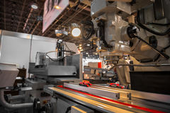 Industriella maskiner som arbetar för de svaga människorna Arkivbilder