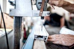 Industriella metall- och stålborrandehjälpmedel i fabrik Royaltyfri Foto