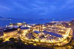 Industriella oljebehållare på natten Royaltyfria Bilder