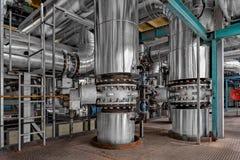 Industriella rör i en termisk kraftverk Royaltyfria Bilder