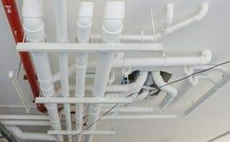 industriella rör på rörmokeri på byggnaden Royaltyfri Fotografi
