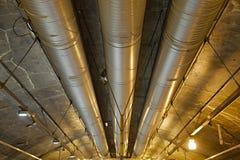 Industriella rörledningar i en tunnel Arkivbild