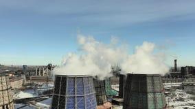 Industriella r?kbuntr?r f?rorenar luft med giftliga utsl?pp Ekologiproblem Enorma r?ka fabrikslampglas i vinter lager videofilmer