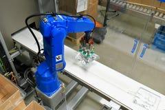 Industriella robotar i en modern pharamceutical fabrik - transport Arkivfoto