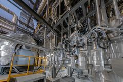 Industriella rör i en termisk kraftverk Arkivfoto