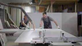 Industriella snickarearbetare som arbetar på den bitande wood maskinen lager videofilmer