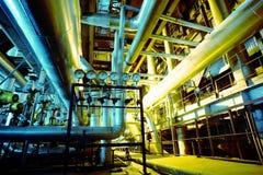 Industriella stålrörledningar i blåa signaler Royaltyfri Foto