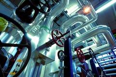 Industriella stålrörledningar i blåa signaler Royaltyfria Bilder