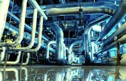 Industriella stålrörledningar i blått tonar med reflexion Royaltyfri Bild