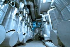 Industriella stålrörledningar och kablar i blåa signaler Royaltyfria Bilder