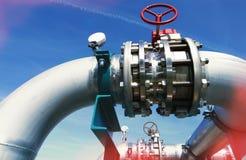 Industriella stålrörledningar och ventiler mot blå himmel Arkivbilder
