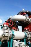 Industriella stålrörledningventiler mot blå himmel Royaltyfri Fotografi