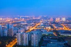 Industriella Suzhou parkerar, natten staden på för jinjisjön, suzhou på natten Arkivbild
