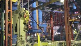 Industriella svängande Crane Hook Fatory inre stock video