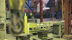 Industriella svängande Crane Hook Fatory inre lager videofilmer