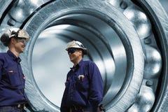 Industriella teknikerer och kullager Royaltyfri Fotografi