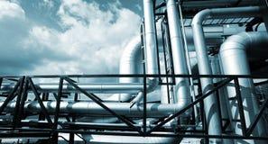 Industrielle äußere Stahlrohrleitungen in den blauen Tönen Stockfoto