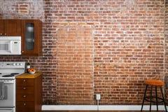 Industrielle alte flache Backsteinmauer-Perspektive in einer Küche Lizenzfreie Stockfotos