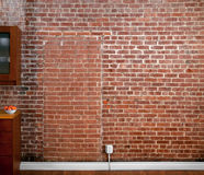 Industrielle alte flache Backsteinmauer-Perspektive in einer Küche Stockfotos
