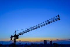 Industrielle Aufbaukräne und -gebäude Stockfotos
