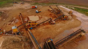 Industrielle Ausrüstung an Bergbaubereich Bergwerksausrüstung am Sandbergwerk stock video