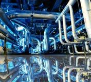 Industrielle blaue Töne der Stahlrohre mit Reflexion Stockfoto
