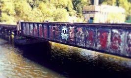 Industrielle Brücke des Graffitischädels Stockbild