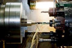 Industrielle CNC-Bohrung und Bohrmaschine bei der Arbeit lizenzfreies stockfoto