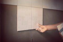 Industrielle Dachdeckererbauerarbeitskraft erneuern die Wand Stockfoto