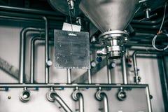 Industrielle Einstellung mit Rohrleitungen eines Silos und des Metalls lizenzfreie stockfotos