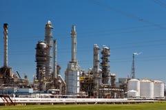 Industrielle Erdöl-Raffinerie-Betriebsschornsteine und -rohrleitung Stockfotos