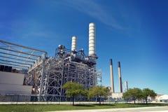 Industrielle Erdöl-Raffinerie-Betriebsschornsteine und -rohrleitung Lizenzfreies Stockfoto