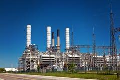 Industrielle Erdöl-Raffinerie-Betriebsschornsteine und -rohrleitung Lizenzfreies Stockbild
