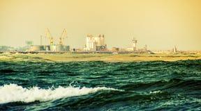 Industrielle Fabrik nahe dem Meer Lizenzfreies Stockfoto