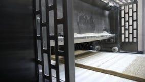 Industrielle Fabrik, Süßigkeiten, Ausrüstung für die Herstellung von Mehlprodukten stock video