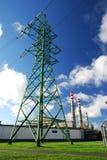 Industrielle Fabrik und elektrische Zeilen Stockfotos