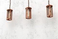 Industrielle hängende Lampen der Dachbodenart Stockfotos