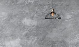 Industrielle hängende Lampen gegen raue Wand mit grauem Zementwinkel des leistungshebels Stockfotos