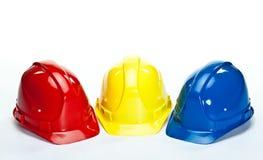 Industrielle Hardhats auf weißem Hintergrund Lizenzfreies Stockfoto