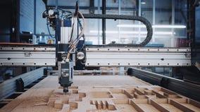 Industrielle Holzschnittmaschine bei der Arbeit stock footage