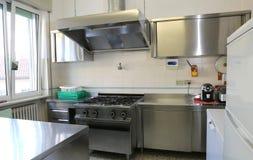 industrielle Küche mit Edelstahlkochern stockbilder