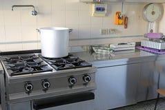 Industrielle Küche mit Gasherd und dem riesigen Aluminiumtopf Lizenzfreie Stockfotos