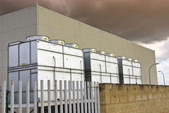 Industrielle Kühltürme Stockfotos