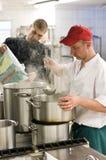 Industrielle Küche mit zwei Köchen Stockfotografie