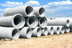 Industrielle konkrete Abflussrohre gestapelt für Bau Neue Rohre Lizenzfreie Stockfotos